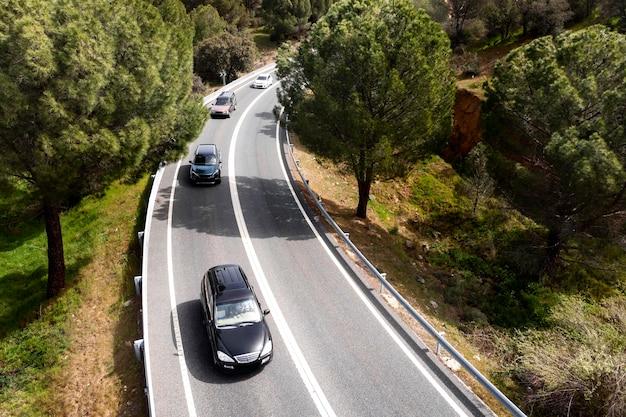 Concept de transport avec des voitures sur route