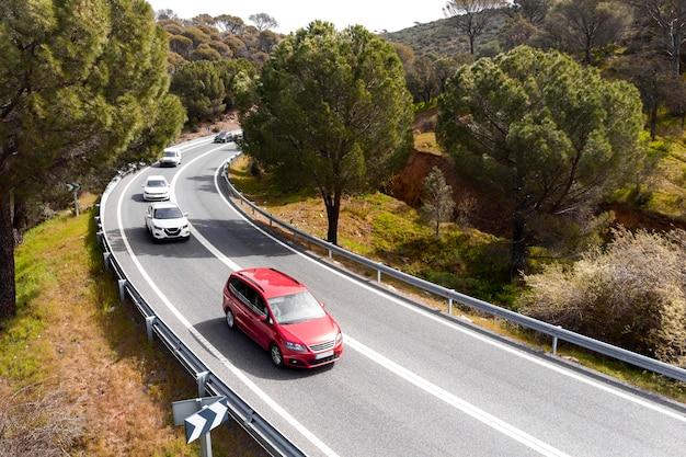 Concept de transport avec des voitures sur la rue