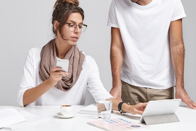 Concept de travail bien coordonné. femme d'affaires réussie étant occupée au travail
