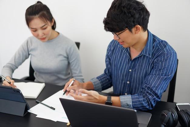 Concept De Travail De Bureau Deux Partenaires Commerciaux Regardant Un écran De Tablette Photo Premium