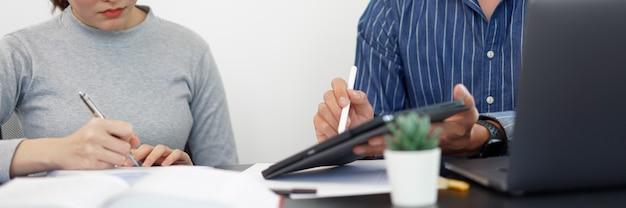 Concept de travail de bureau un homme d'affaires montrant un graphique à barres présentant des informations intéressantes sur une nouvelle tendance commerciale à son collègue.