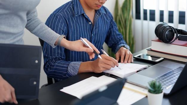 Concept de travail de bureau une jolie femme d'affaires demandant une idée sur le marketing