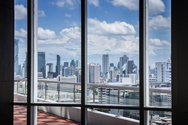 Concept de travail de bureau de salle de réunion d'affaires contemporain avec fenêtre de cadre