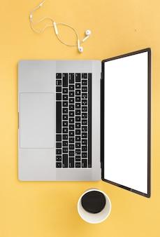 Concept de travail à distance ordinateur portable avec une tasse de café et des écouteurs