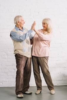 Concept de travail d'équipe avec couple de personnes âgées