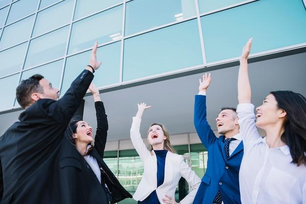 Concept de travail d'équipe avec les gens d'affaires modernes
