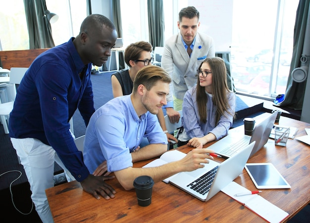 Concept de travail d'équipe jeunes collègues créatifs travaillant avec un nouveau projet de démarrage dans un bureau moderne.