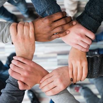 Concept de travail d'équipe avec les mains d'un groupe de personnes