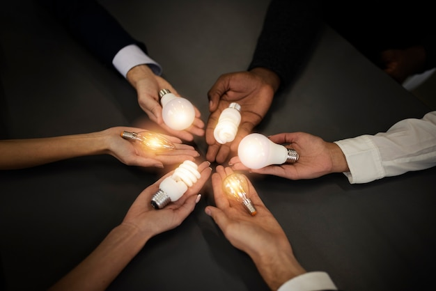 Concept de travail d'équipe et de remue-méninges avec des hommes d'affaires qui partagent une idée avec un concept de lampe de démarrage