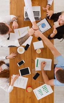 Concept de travail d'équipe et de teambuilding au bureau, les gens se cognent les poings