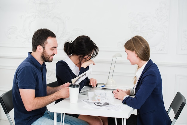 Concept de travail de groupe de personnes architectes divers