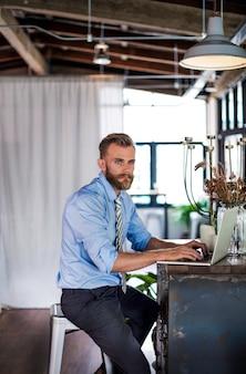 Concept de travail de stratégie de planification ordinateur portable homme d'affaires