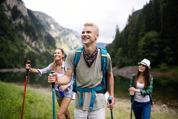 Concept de trekking, camping, randonnée et vie sauvage. un groupe d'amis fait de la randonnée dans la nature