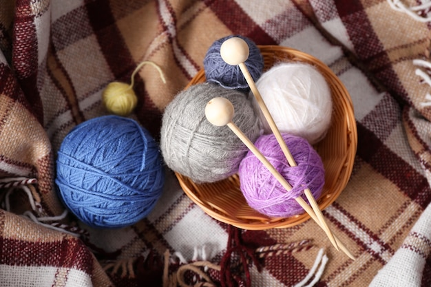 Concept de tricot sur fond à carreaux à carreaux.