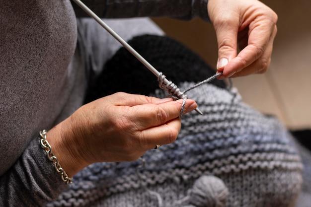 Concept de tricot de personne haute vue