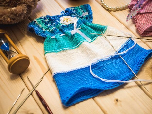 Concept de tricot sur la surface en bois se bouchent