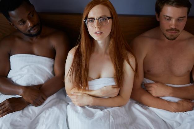 Concept de trio avec des gens qui vont avoir des relations sexuelles en groupe ensemble