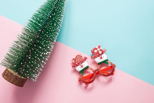 Concept de vacances: disposition à plat des ornements de noël et des décorations sur fond vert et rose