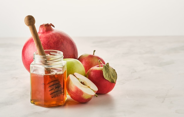 Concept de vacances du nouvel an juif de roch hachana. pommes, miel, grenade.