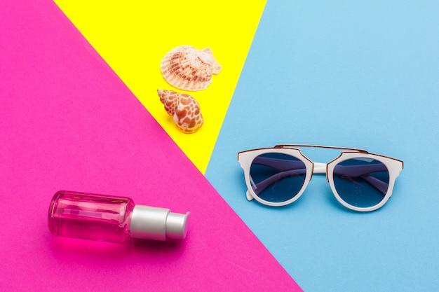 Concept de vacances d'été. accessoires de plage sur bloc de couleur