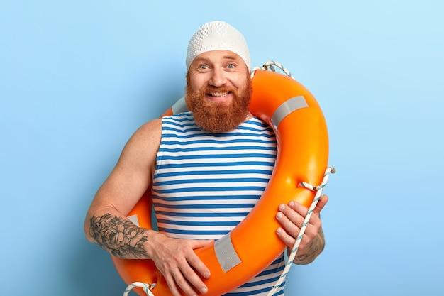 Concept de vacances d'été. homme gai avec barbe au gingembre