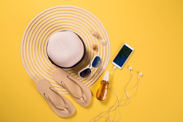 Concept de vacances d'été à plat. accessoires de plage vue de dessus. espace pour le texte. voyage