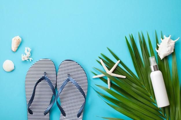Concept de vacances d'été plat poser. accessoires de plage