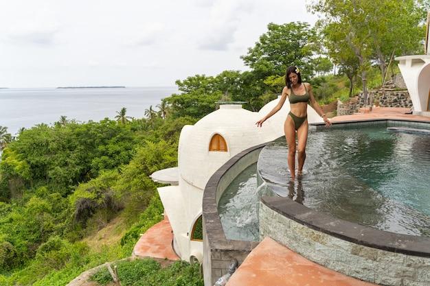 Concept de vacances d'été. vue de face d'une jeune femme de race blanche se relaxant dans un complexe exotique