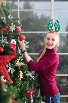 Concept de vacances d'hiver, de célébration et de personnes. femme, décoration, arbre noël, à, boule