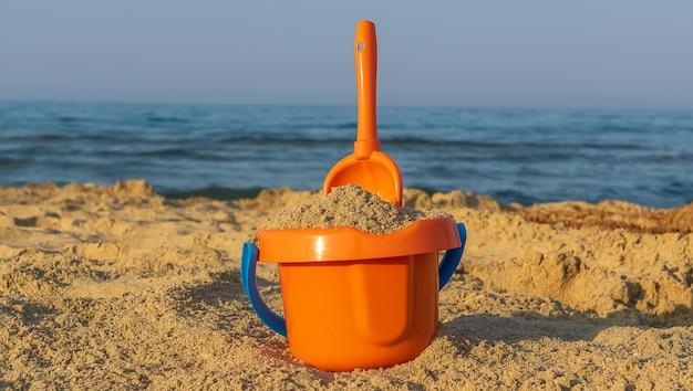 Concept de vacances. jouets de plage pour enfants sur le sable.