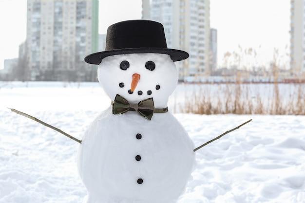 Concept de vacances de noël. bonhomme de neige drôle en hiver