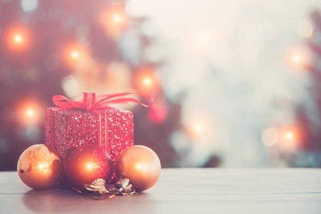 Concept de vacances de noël et du nouvel an. arbre de noël décoré sur fond flou, mousseux et féerique.