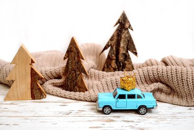 Concept de vacances de noël avec pin sur voiture jouet.