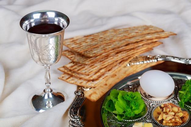 Concept de vacances de pâque avec le vin et le matzoh sur fond rustique avec espace de copie