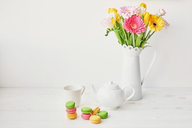 Concept de vacances de printemps et de pâques avec espace de copie. modèle de carte de voeux de pâques. oeufs de pâques et fleurs. décoration d'aster avec des oeufs.
