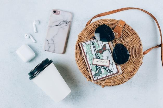 Concept de vacances de vacances d'été. sac de plage et accessoires