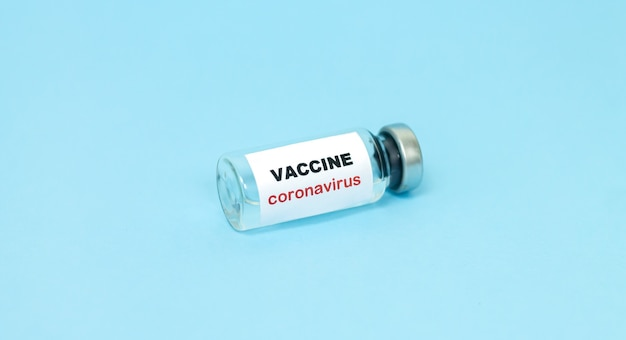 Concept de vaccin contre le coronavirus covid-19. flacon en verre pour gros plan d'échantillon de vaccin liquide.