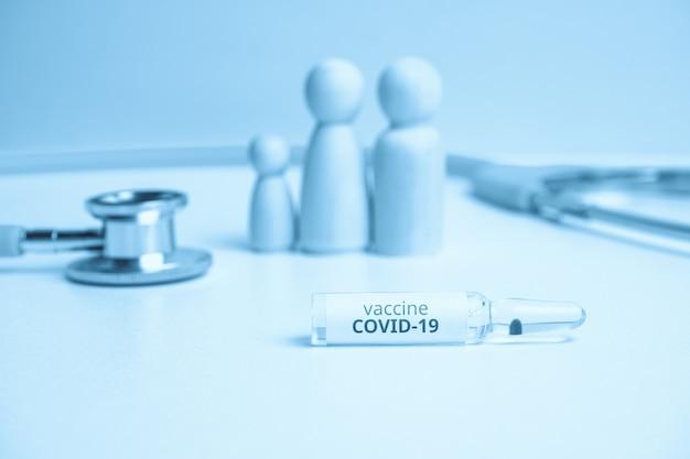 Concept de vaccination familiale contre le coronavirus covid-19 se bouchent.