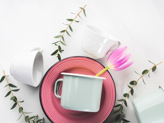 Concept de vaisselle de printemps avec des fleurs de tulipes couleur pastel