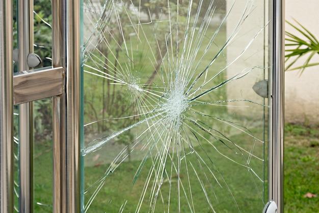 Concept de vandalisme, vitre endommagée à l'abri de l'arrêt du bus. problèmes sociaux
