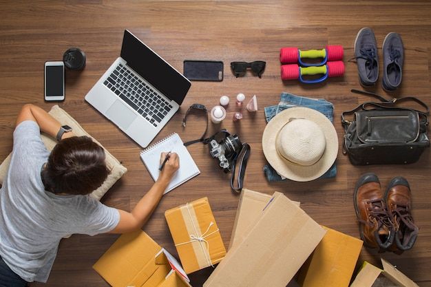 Concept de vente en ligne d'idées, vue de dessus du travail des femmes ordinateur portable