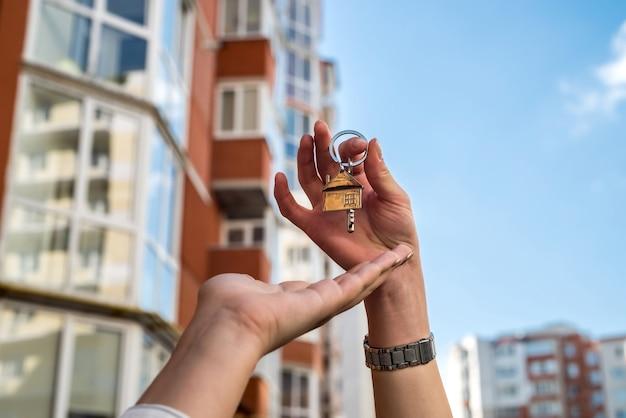 Concept de vente remise des clés au nouveau propriétaire du quartier résidentiel