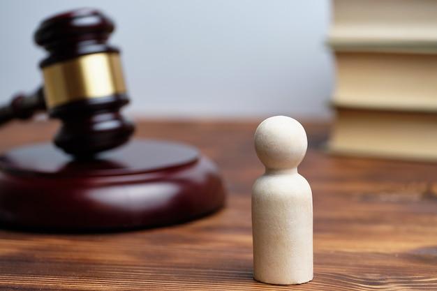 Concept de verdict de culpabilité. homme abstrait avec juge de marteau.