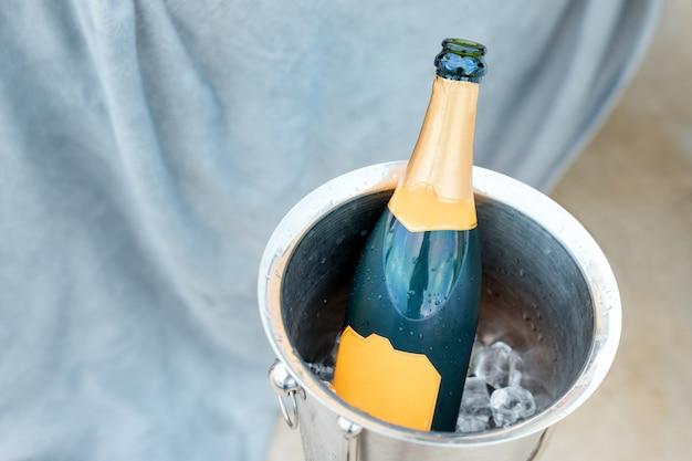 Concept de vie de luxe avec une bouteille de champagne dans le seau à glace. thème de fête avec champagne nature morte.