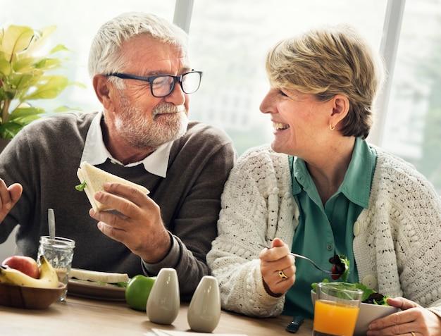Concept de vie à la retraite couple de personnes âgées