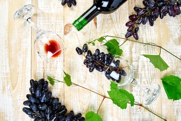 Concept de vin rouge avec bouteille, verre et raisins
