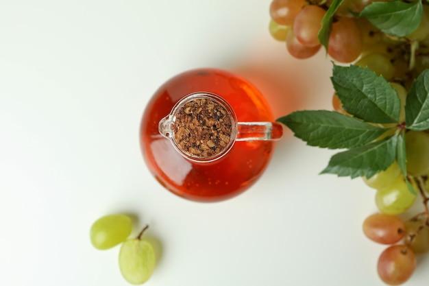Concept de vinaigre de raisin sur fond blanc