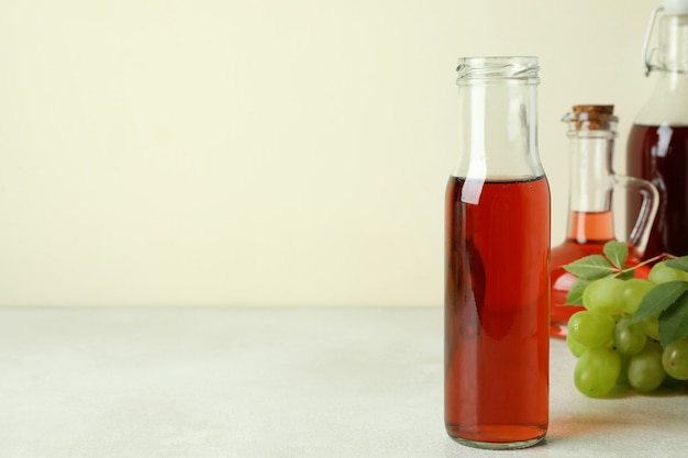 Concept de vinaigre de raisin sur table texturée blanche
