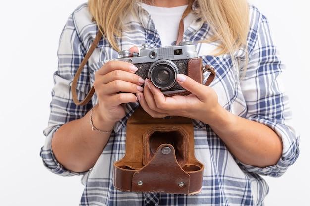 Concept vintage, photographe et passe-temps - gros plan de l'appareil photo rétro dans les mains de la femme