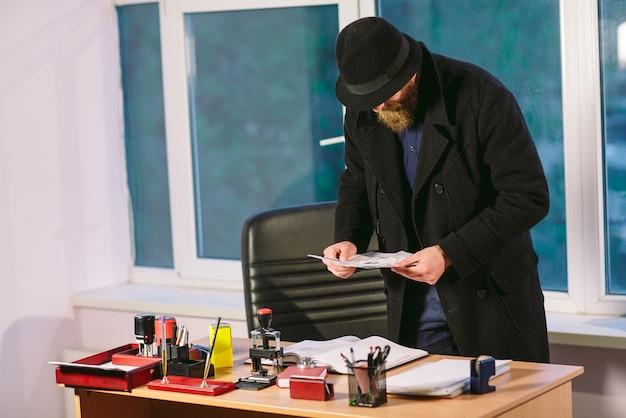 Concept. voleur vole dans le bureau. espionner au bureau.